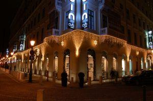 Áruházak, épületek karácsonyi fénydekorációja