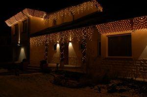 Családi házak karácsonyi fénydekorációja
